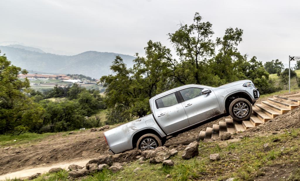 Mercedes-Benz X-Klasse MotorMag fährt Treppe hoch