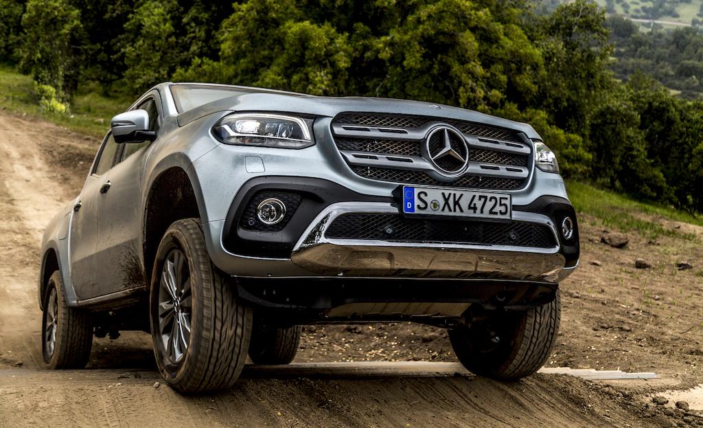 Mercedes-Benz X-Klasse MotorMag fährt Treppe hoch Front
