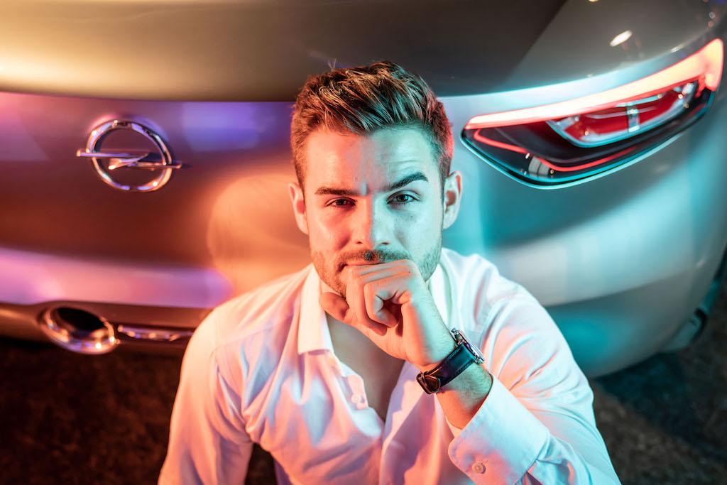 Opel GT X Experimental Schauspieler Lucas Reiber kniend