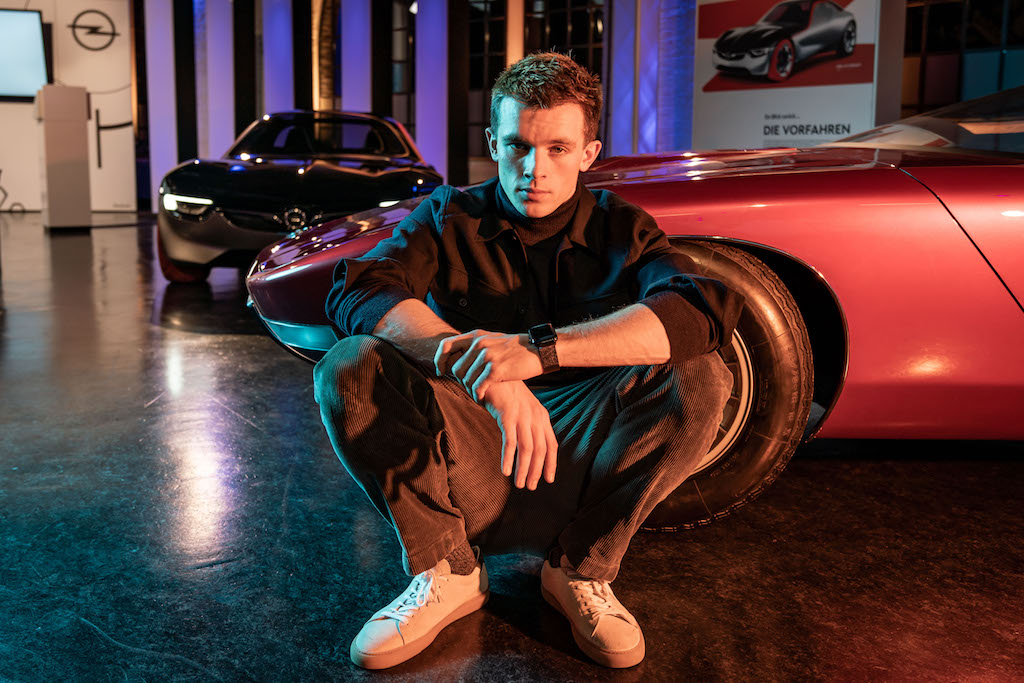 Opel GT X Experimental Schauspieler Jannis Niewöhner kniend